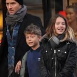 Jude Law ist  mit seinen Kindern Rudy und Iris in Primrose Hill in London unterwegs.