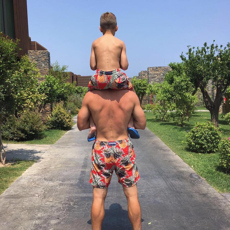 Lukas Podolski trägt Sohn Lois auf den Schultern: Sehr trendig sind auch die Ananas-Badehosen im Partnerlook.