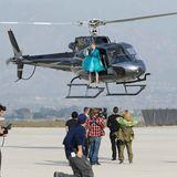 Diese Woche gehen die Kandidatinnen in die Luft: In glänzenden Mänteln, High Heels und bei etwa 100 km/h Windgeschwindigkeit posen die Mädchen auf den Kufen des Helikopters vor der Linse von Kristian Schuller.