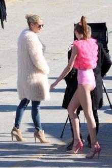 Ganz der Profi: Mit einem prüfenden Blick checkt Heidi Klum die Foto-Resultate ihrer Mädchen. So richtig warm scheint es in Los Angeles jedoch nicht zu sein. Das Topmodel muss sich mit einem flauschigen Mantel warmhalten.