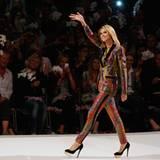 """Heidin Klum begrüßt das Publikum in der """"Laxess Arena"""" in Köln zum Finale von """"Germany's Next Topmodel""""."""
