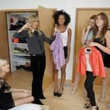 Heidi Klum inspiziert die Kleiderschränke der Mädchen und muss feststellen, dass bei einigen die Kleiderauswahl zu wünschen übrig lässt.