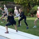In einer großen Gruppe und mit Personal Trainer fällt das Sportprogramm viel einfacher.