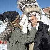 Heidi schminkt Kandidatin Anna.