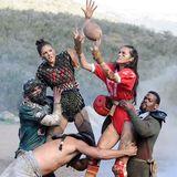 Beim Fotoshooting werden die Mädels zu sexy Football-Spielerinnen im Schlamm.