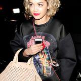 Sängerin Rita Ora setzt zu ihrem lässigen Outfit ein Ausrufungszeichen mit der edlen Piaffel Tote Bag aus der Frühjahr/Sommerkollektion 2013 von Bally.