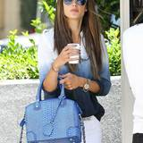 Lust auf Blau macht uns Alessandra Ambrosio mit ihrer Tasche mit Schlangenhaut-Optik von Alice + Olivia.