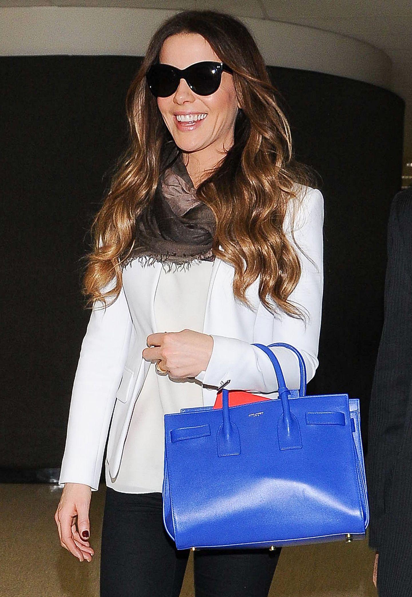 """Kate Beckinsales """"Sac de Jour""""-Tasche von Saint Laurent lässt uns nicht grün, sondern royalblau vor Neid werden."""