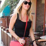 Nicky Hilton bleibt ihrer Vorliebe für rote Handtaschen treu und trägt ihre Hermès-Bag zum Minirock im sonnigen Beverly Hills.