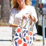 Die Taschensammlung von Reese Witherspoon muss immens sein. Besonders sommerlich ist diese Apfel-Print-Tasche im Retro-Look.