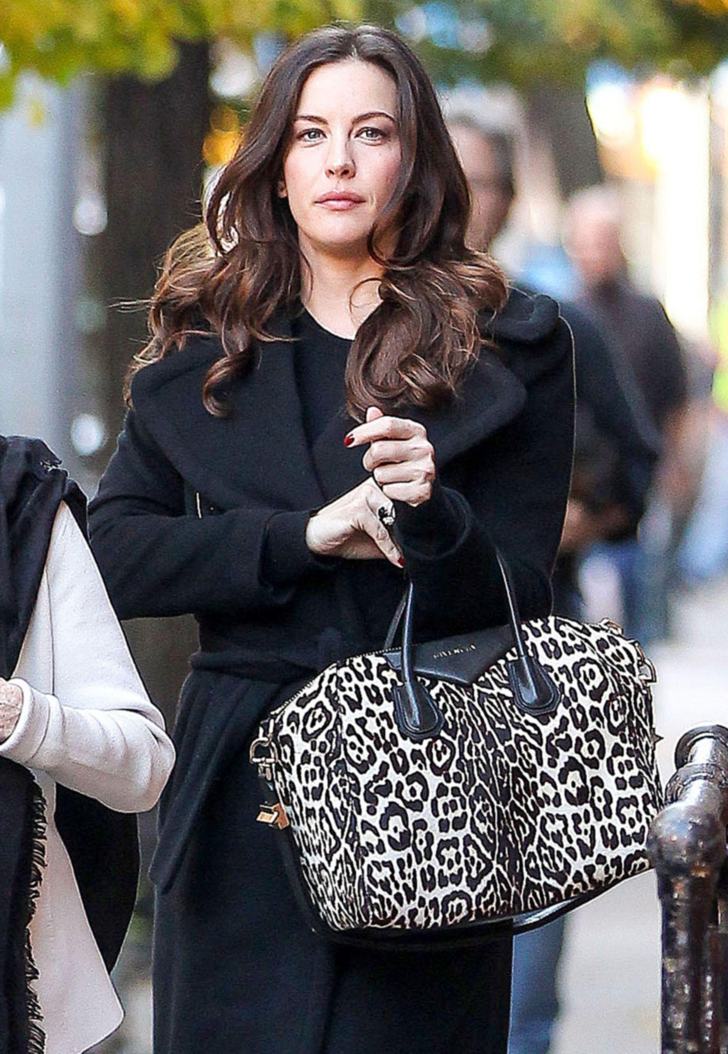 Mit schwarzem Outfit fällt Liv Tylers Leo-Print-Tasche von Givenchy besonders ins Auge.