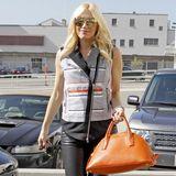 """Cooler Rock-Chic mit Knallfarbe: Gwen Stefani trägt eine Miu Miu """"Madras Bowling Bag"""" in der Farbe """"Papaya"""" aus der aktuellen Herbst-Winter-Kollektion."""