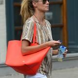 Nicht nur Größe und Form ist bei Heidi Klums Shopper ein Hingucker, besonders die Farbe sticht ins Auge.