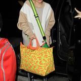 """Miley Cyrus ist für ihren mutigen Modegeschmack bekannt. Mit der neuen """"Le Pliage Zodiac"""", die Jeremy Scott für Longchamp designte, liegt sie in Sachen Trend ganz weit vorne."""