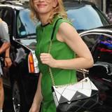 Schönes Farbspiel: Die schwarz-weiße Tasche von Roger Vivier passt bestens zu Cate Blanchetts auffällig grünem Kleid.
