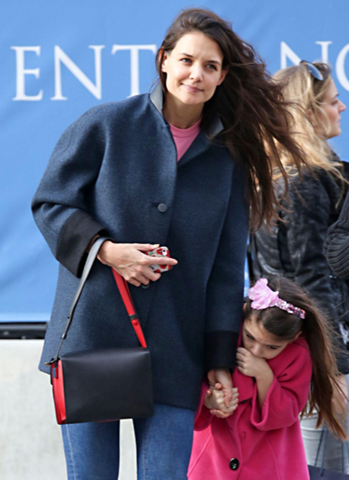 Mit der schwarz-roten Umhängetasche sieht man Katie Holmes derzeit ziemlich oft.