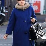 Lily Allen bringt mit ihrer floralen Prada-Tasche etwas Sommer ins Londoner Grau.
