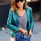 Als ob der türkise Metallic-Blazer nicht schon Hingucker genug wäre, trägt Sarah Jessica Parker als farbliches i-Tüpfelchen noch