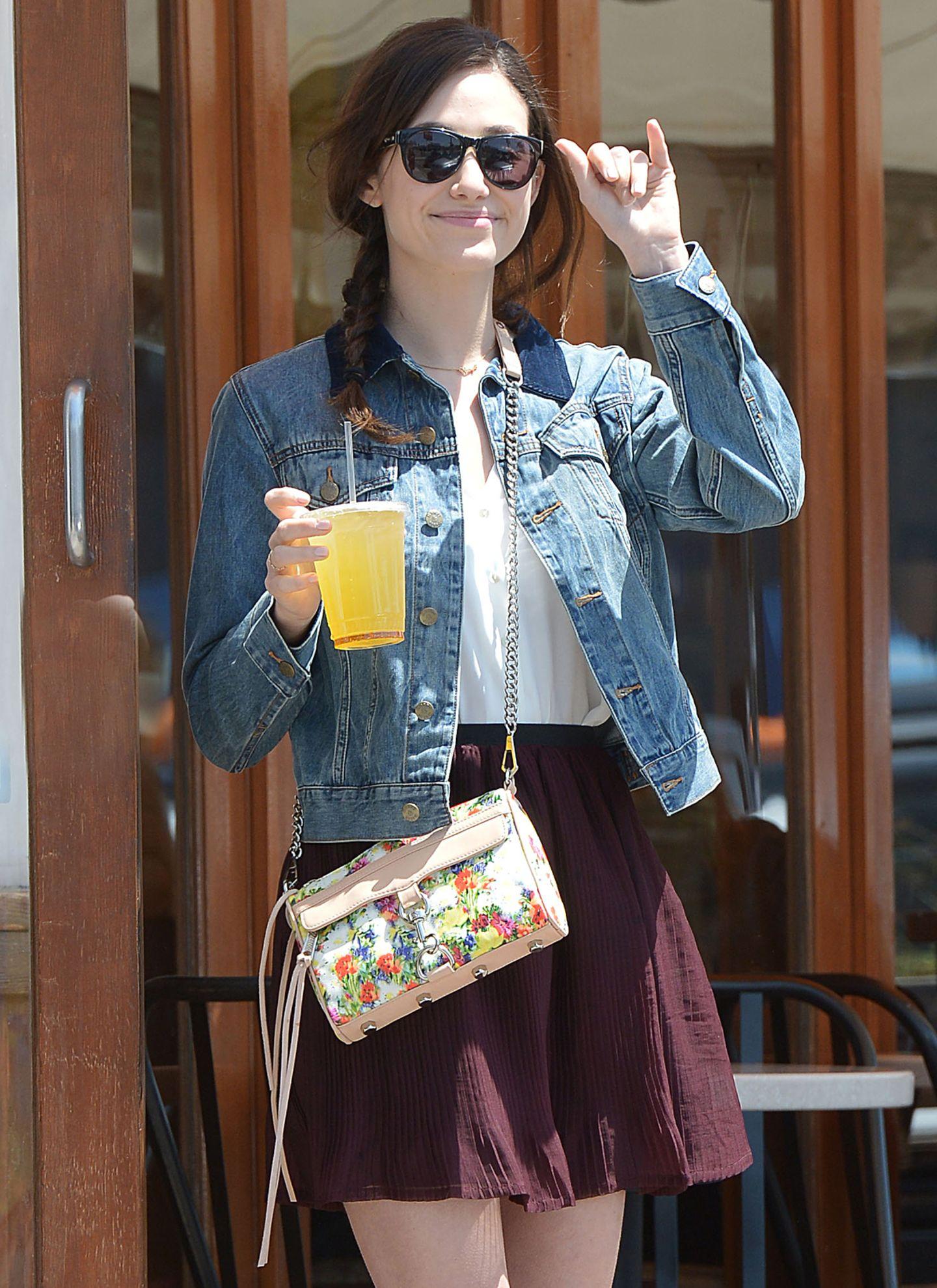 Emmy Rossum mag's frühlingshaft mit der Floral Mini Mac Bag von Rebecca Minkoff.