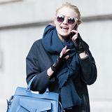 Schauspielerin und Teilzeit-Studentin Dakota Fanning setzt bei einem Spaziergang durch New York auf eine Henkeltasche in Blau. Ob sie darin ihre Vorlesungsnotizen verstaut?