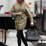 """Eines von Sienna Millers Lieblingsstücken ist die """"440""""-Handtasche von Diane von Furstenberg."""