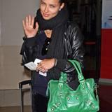 Die froschgrüne Balenciaga-Tasche mit Nietenbesatz peppt Adriana Limas Outfit gekonnt auf.