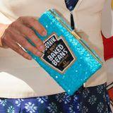 It-Bags: Dass die Briten ohne Bohnen zum Frühstück nicht leben können, ist allgemein bekannt. Camilla Parker Bowles, die Duchess von Cornwall, trägt ihre sogar zu offiziellen Anlässen spazieren. Ihre mit Pailetten besetzte Tasche stammt vom britischen Label The Rodnik Band.