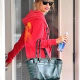 "In Kombination mit Sportklamotten fällt Taylor Swifts dunkelgrüne ""Farida Bowler""-Tasche von Christian Louboutin besonders ins Auge."