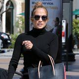 Jennifer Lopez schlendert mit ihrer schwarz-roten Paloma-Bag von Christian Louboutin durch das nordwestlich von Hollywood liegende Calabasas.
