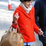 Lily Allen spaziert fröhlich durch die Stadt. Kein Wunder: In der linken Hand eine Zigarette und in der rechten eine edle Prada-