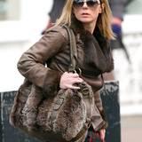 Bei den kalten Temperaturen spendet Geri Halliwells große, fellbesetzte Tasche noch zusätzlich Wärme.