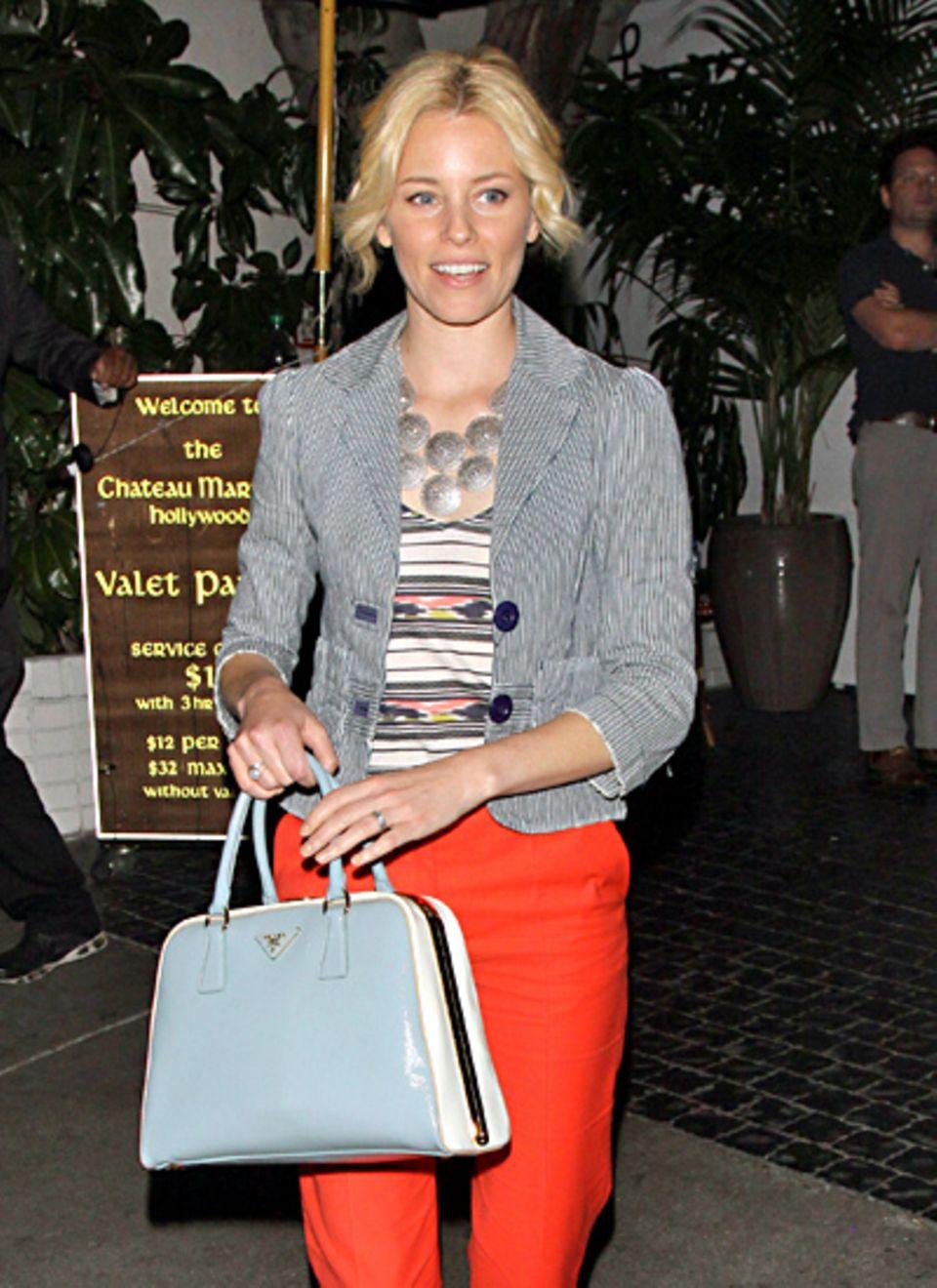 Im schönen, sommerlichen Kontrast zu Elizabeth Banks' tieforangener Hose steht ihre hellblaue Prada Pyramide Bag aus Saffianoled