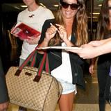 """Die Gucci-Tasche ist """"Glee""""-Star Lea Michele ein treuer Begleiter auf ihren Reisen."""