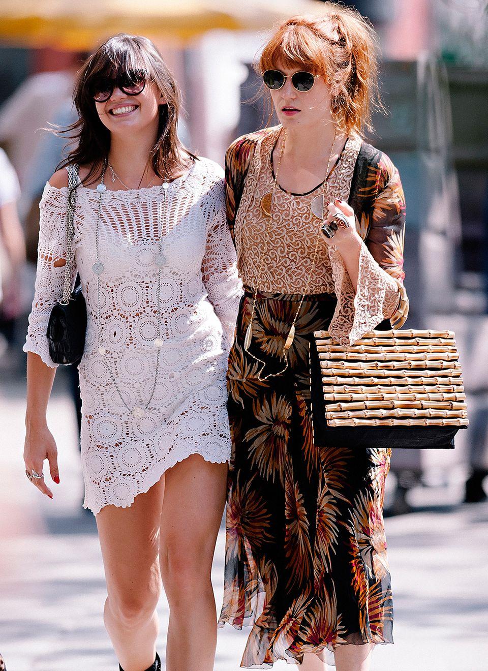 """Florence Welch zieht mit Daisy Lowe und dem """"Hula Bamboo""""-Shopper von Charlotte Olympia durchs New Yorker East Village."""