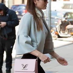 Jessica Biel trägt gerne ihre rosafarbene Handtasche von Louis Vuitton durch New York.