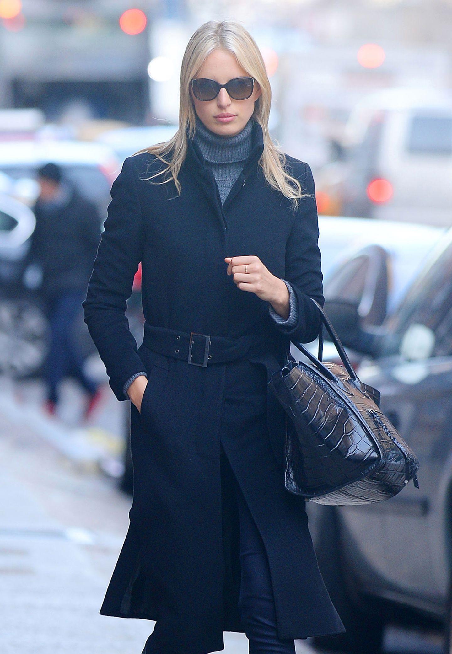Ihre schwarze Trapeztasche mit Krokodilleder trägt Model Karolina Kurkova lässig in der Armbeuge.
