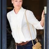 Passt immer: Die sandfarbene Tasche von Chanel gehört zu Ali Larters Lieblingsstücken.
