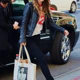 Es muss nicht immer die teure Luxushandtasche sein! Olivia Wilde sieht auch mit ihrem Leinenbeutel der Literatur-Plattform Lithub.com ganz stylisch aus.