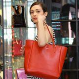 Emmy Rossums rote Tasche von Coach macht ihren maritimen Look perfekt.