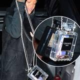 Parfüm-Werbung gratis: Rihanna zeigt sich in New York mit zwei extravaganten Plexiglas-Taschen von Chanel, und damit auch, was sie so mit sich rumträgt: Lippenstift aus ihrer eigenen Kosmetik-Linie für MAC und ein Handy mit sexy Schutzhülle. Mit fast 10.000 US-Dollar sind die Stücke aber alles andere als erschwinglich.