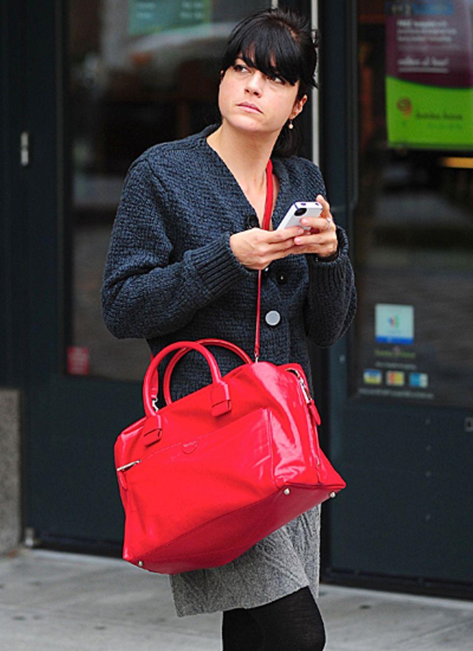 Mit dieser knallroten Tasche fällt Selma Blair überall auf.