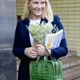 In das Kongresszentrum in Oslo kommt Prinzessin Mette-Marit mit grüner Kroko-Handtasche.