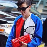 Snoopy trifft auf Chanel: Lily Allen trägt zu ihrer Jacke mit Comic-Motiv eine Handtasche des französischen Luxushauses - farblich passend in rotem Lackleder.