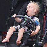 Da ist aber jemand müde: Liv Tylers Sohn Sailor sitzt gähnend in seinem Buggy, während er von Papa Dave Gardner durch New York geschoben wird.