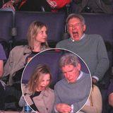"""Calista Flockhart und Harrison Ford schauen sich das Lakers-Spiel gegen die """"Boston Celtics"""" an. Auch wenn die Lakers das Spiel 118 zu 111 gewonnen haben, könnte man meinen, das Spiel ist zum Gähnen langweilig gewesen. Erst gähnt Calista Flockhart herzhaft mit Blick auf die Uhr, danach Harrison Ford."""