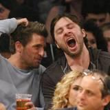 Zach Braff legt ein betraaaaaachtliches Gähnen bei einem Basketball-Spiel an den Tag.
