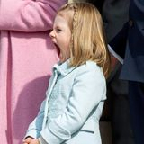 So eine Geburstagsfeier kann ganz schön müde machen: Bei den Feierlichkeiten zum 70. Geburtstag von König Carl Gustaf gähnt Prinzessin Estelle während der Parade im Schlosshof herzhaft.