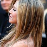 Ein schöner Trick für eine tolle Kopfform: Jennifer Aniston toupiert sich die Haare am Hinterkopf gerne etwas an.