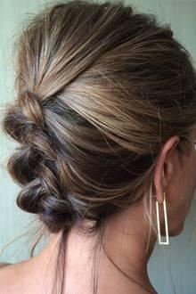 Chris McMillan kann nicht nur Fischgrät-Zöpfe flechten, geflochtene Hochsteckfrisuren probiert er mit Jennifer Anistons tollen Haaren auch aus.