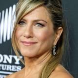 """Mit Pferdeschwanz und seitlich ins Gesicht gekämmtem Pony zeigt sich Jennifer Aniston bei der Hollywood-Premiere von """"Call Me Crazy""""."""